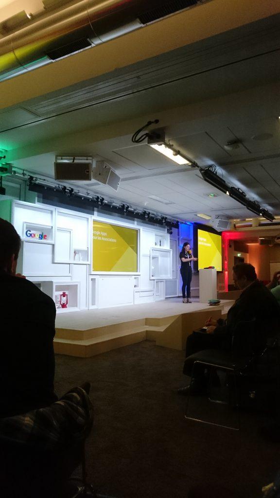 Amélie de Google sur la scène en train de nous présenter le programme de la journée Association TyoStory et l'événement #GoogleAsso
