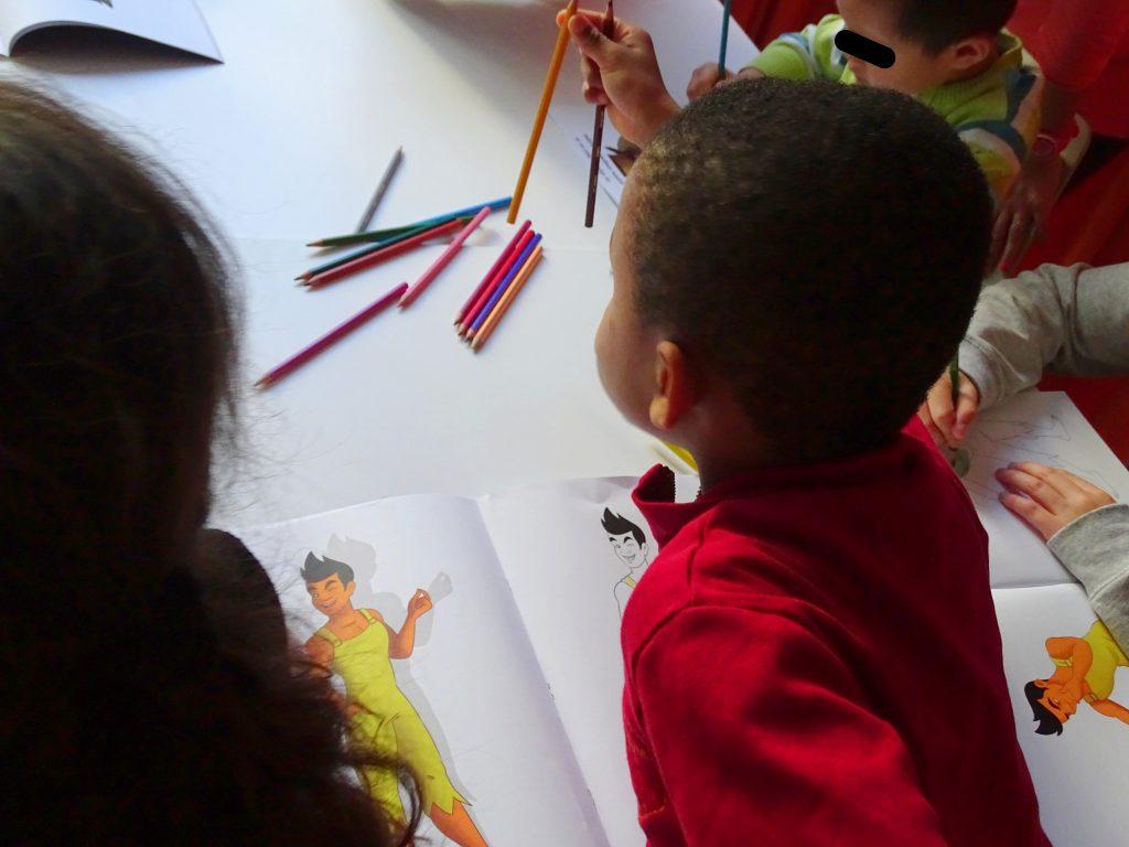 Les enfants en plein coloriage de leur cahier ludo pédagogique