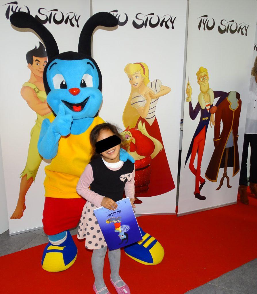 Mouchtic pose avec une petite fille joyeuse